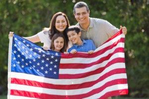 Семья с американским флагом