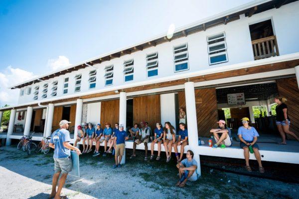 Школа на Багамах